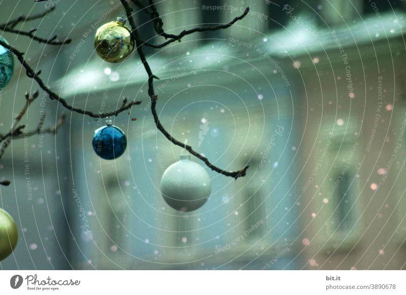 Christbaumkugeln vor verschneiten Häusern. weiß Weihnachten & Advent Weihnachtsdekoration Dekoration & Verzierung Winter Feste & Feiern festlich Weihnachtsbaum