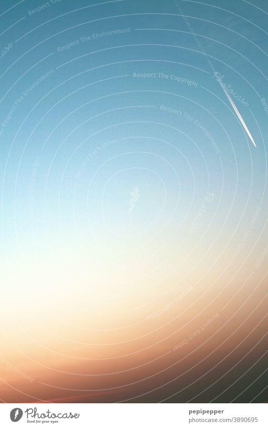 Flugzeug am Abendhimmel abendhimmel Abenddämmerung Sonnenuntergang Sonnenuntergangshimmel Sonnenuntergangsstimmung Sonnenuntergangslicht Himmel Dämmerung