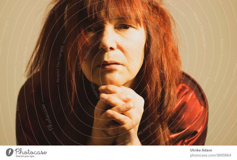 Frau schaut nachdenklich und sinniert über ........ Nachdenklich Porträt feminin Erwachsene Denken Mensch Kopf Blick Innenaufnahme Traurigkeit sinnieren