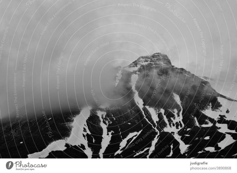 Island, Bergspitze mit Wolken Berge u. Gebirge Gipfel grau trist bedrohlich Landschaft Außenaufnahme Natur Schneebedeckte Gipfel Klima kalt Felsen Wetter