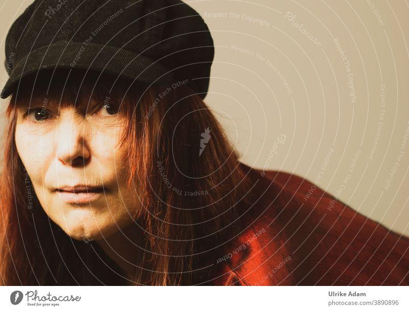 Frau mit Hut und langen roten Haaren Blick in die Kamera Augen braune Augen Rote Haare Langhaarige frech Porträt Farbfoto feminin schön Erwachsene Mensch