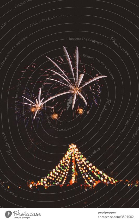 Feuerwerk über leuchtendem Lichterzelt Feuerwerkskörper Feuerwerk,Frohes neues Jahr,Frohe Weihnachten ,Konzept feuerwerk bei nacht Feuerwerksraketen