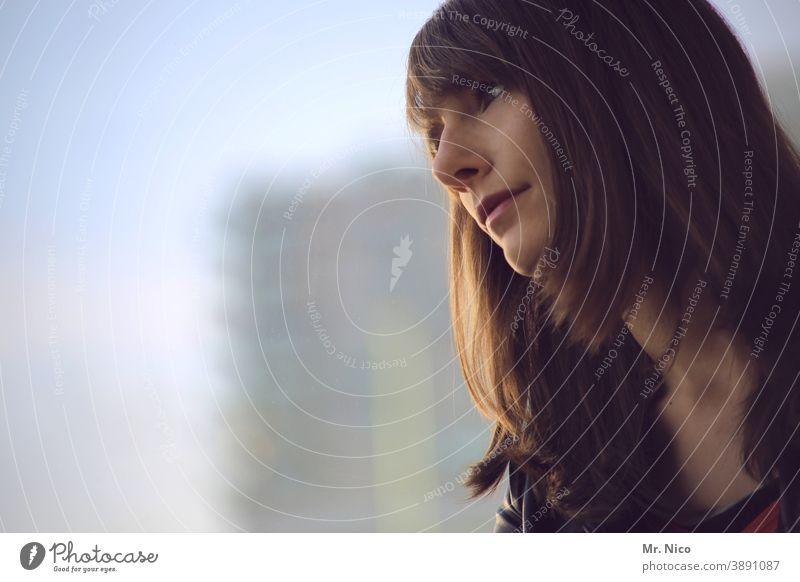Verträumter Blick aus dem Fenster Junge Frau Kopf langhaarig brünett beobachten warten geduldig Optimismus schön träumen Traurigkeit nachdenklich Hoffnung