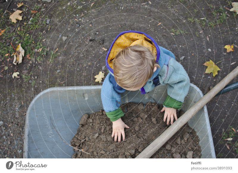 kind mit schubkarre Kind Schubkarre Garten Gartenarbeit draußen helfende Hand Helfen mitmachen Erde begreifen mittendrin Natur Gärtner Mensch Saatgut Herbst