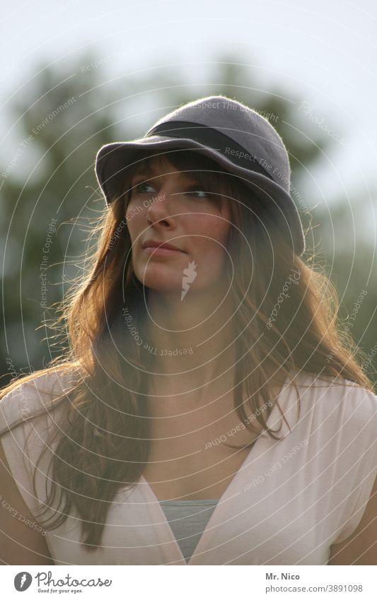 Der Hut steht ihr gut Gesicht feminin Lifestyle Kleid langhaarig brünett Dekolleté Zufriedenheit Mode Sehnsucht trendy natürlich schön Blick sympathisch