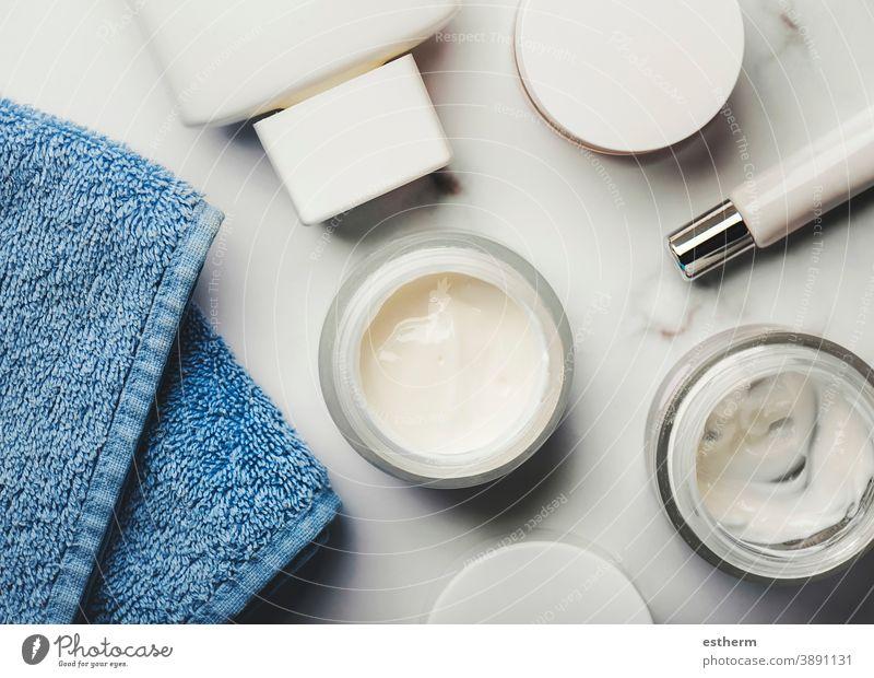 Hautpflegeprodukte: Cremetiegel, Lotion, Peelingcreme und ein blaues Handtuch Dermatologie Hygiene Bürste kosmetisches Produkt Gesundheit Verpackung Container