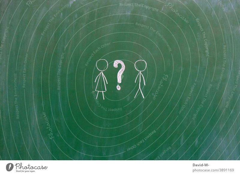 Frau Mann und Fragezeichen Geschlecht ? Gender Vergleich männlich weiblich Kommunizieren Fragen Strichmännchen Tafel Kreide intersexuell