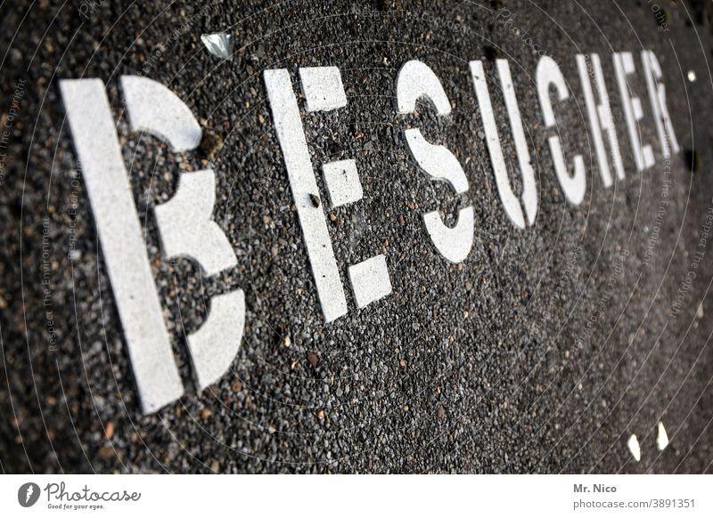 Besucher Asphalt Schriftzeichen Fußgänger Wege & Pfade Straße Gäste grau Wort Besucherparkplatz Schilder & Markierungen Hinweisschild Wegweiser Parkplatz
