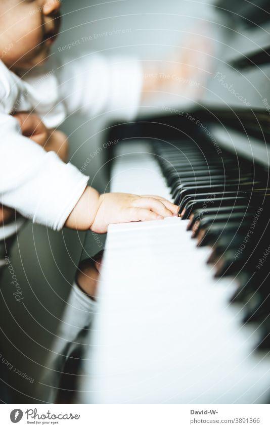 Kind spielt Klavier Baby spielen erkunden Musik musikalisch Musikinstrument Klavier spielen Konzert musizieren