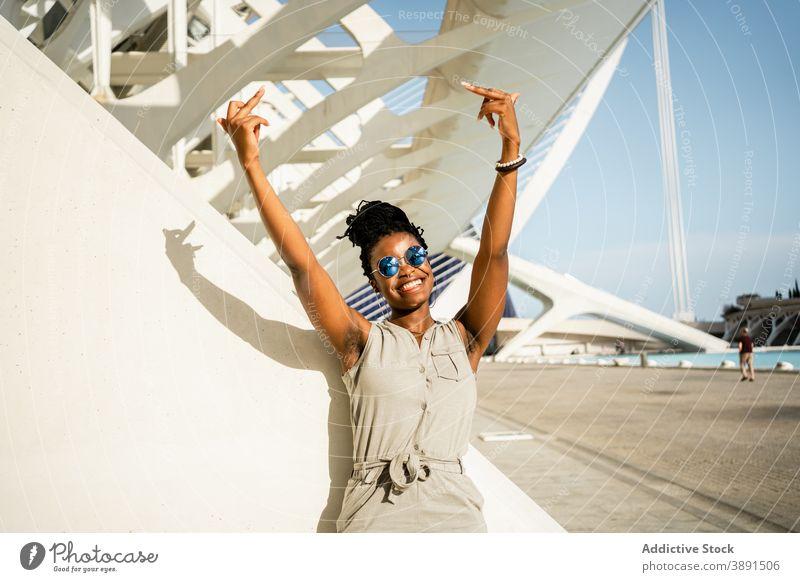 Glückliche schwarze Frau zeigt Mittelfinger auf der Straße ficken gestikulieren unverschämt Zeichen Symbol zeigen auflehnen ethnisch Afroamerikaner cool