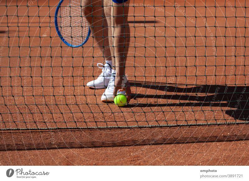 Tennisspieler nimmt den Ball vom Boden auf Spieler Sportler Remmidemmi nehmen Gericht Spielplatz Feld Ton Konkurrenz Aktivität Dienst Kulisse professionell