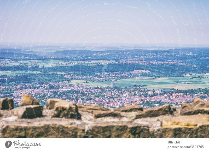 Blick von der Burgruine Achalm über das Reutlinger Umland, Baden-Württemberg, Deutschland. Ansicht Überblick Großstadt Luftaufnahme urban Architektur reisen