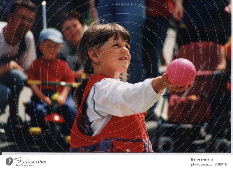 Mädchen Frau Kind Sommer Spielen Ball Erwartung