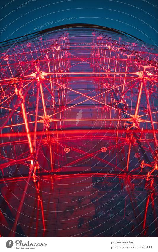 Blick auf ein modernes, nachts rot beleuchtetes Glasgebäude übersichtlich Reflexion & Spiegelung Unternehmen hoch im Freien Raum Farbe wirtschaftlich Großstadt