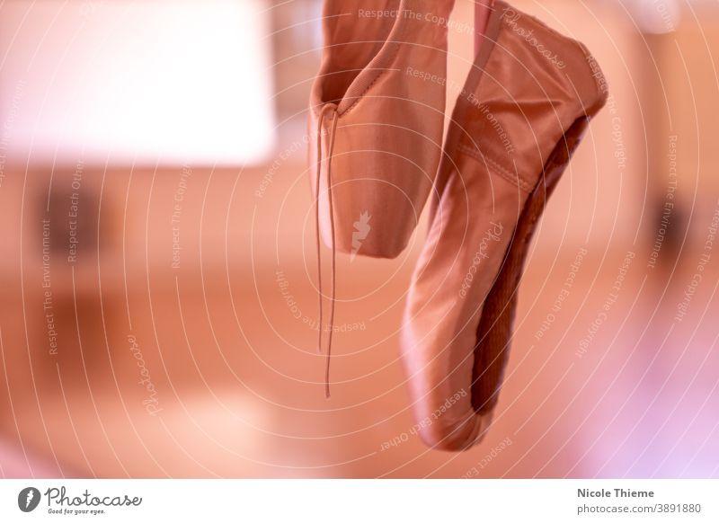 Ballettschuhe - Spitzenschuhe hängen an der Ballettstange im Tanzstudio Balletttänzer Schuhe Tanzen spitze Satin Kunst klassisch Ballerina elegant Atelier