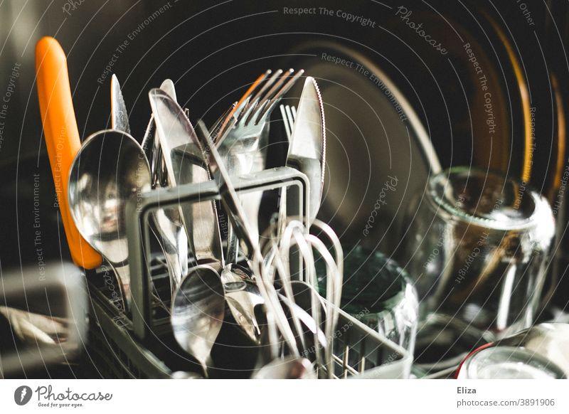 Besteck und Geschirr in der Spülmaschine Geschirrspüler Küche Haushalt sauber eingeräumt