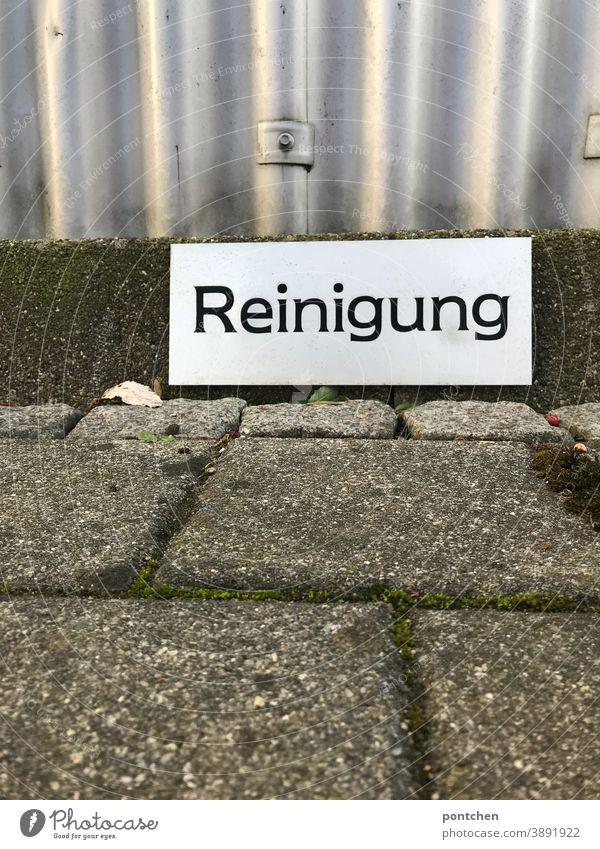 Auf einem Schild steht Reinigung. Markierung für einen Parkplatz putzdienst parkplatz Sauberkeit schild freihalten parken Schilder & Markierungen Schriftzeichen