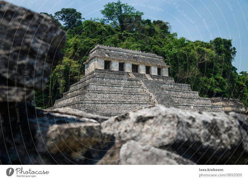Tempel der Inschriften hinter einer Ruinenmauer an der archäologischen Maya-Stätte in Palenque, Chiapas, Mexiko antik Tourismus reisen Stein Pyramiden