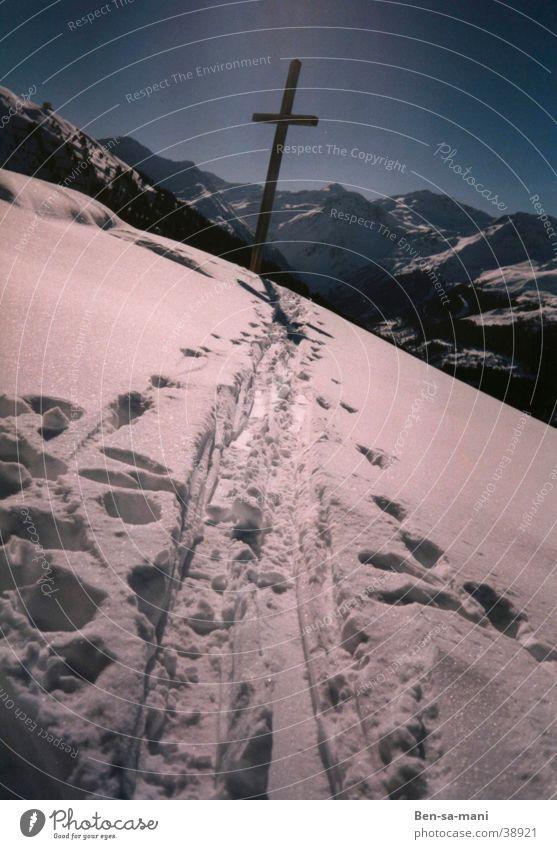 Kreuzweg Winter Schnee Berge u. Gebirge Religion & Glaube Rücken Christentum Alpen Gläubige Fußspur heilig Heiligenschein Feldkreuz Pilger Skispur