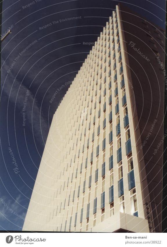 Weißer Riese Himmel weiß blau Fenster Architektur Hochhaus Studium Ecke Geometrie Anschnitt