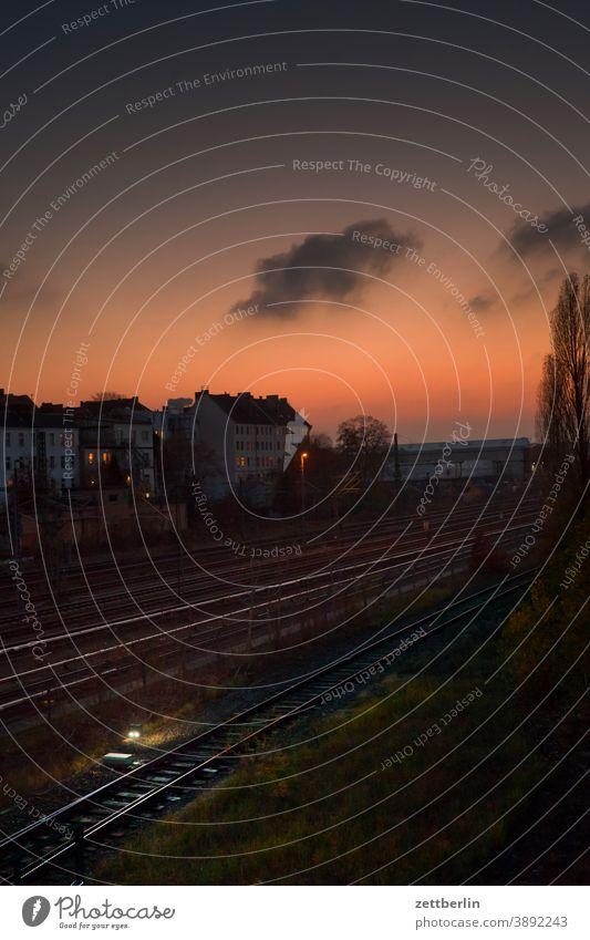 Abend an der Beusselbrücke abend abends berlin beusselbrücke. beusselstraße dunkelheit dämmerung eisenbahn feierabend ferne gleis gleise himmel horizont