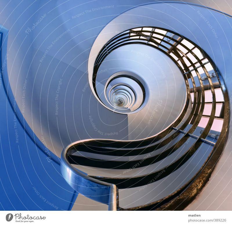 Handlauf Menschenleer Haus Gebäude Mauer Wand Treppe glänzend blau schwarz weiß spin Treppengeländer Treppenhaus Farbfoto Gedeckte Farben Innenaufnahme