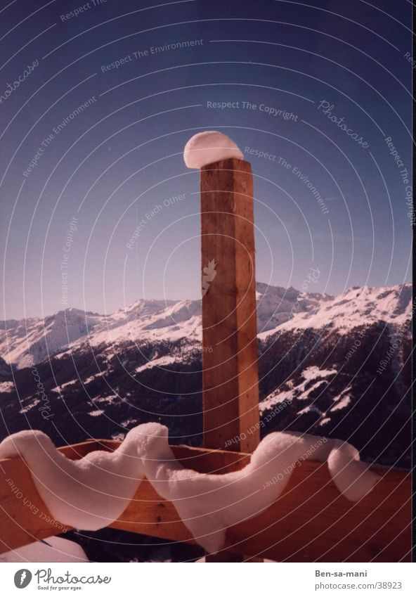 Schneemütze Winter Schweiz festhalten Zufriedenheit Engadin Zaun Tauwetter Berge u. Gebirge Alpen Abrutschen