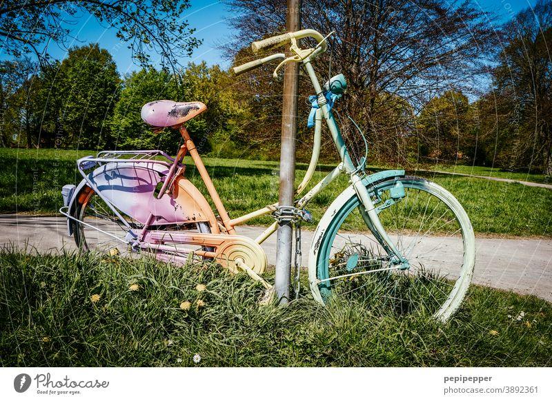 Regenbogen-Fahrrad angekettet regenbogenfarben Regenbogenfahrrad Regenbogenflagge Regenbogenfahne Farbfoto Ferien & Urlaub & Reisen Farbe Homosexualität