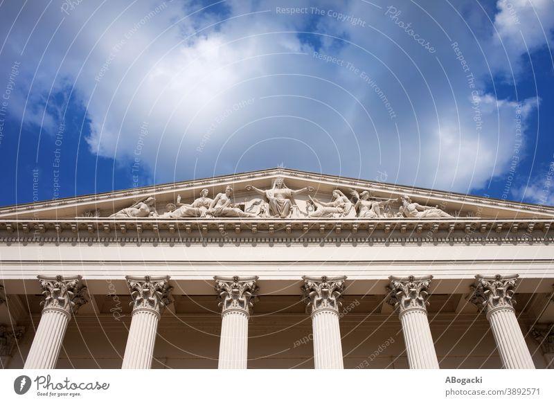 Ungarisches Nationalmuseum - Architektonische Details national Museum Giebel Tympanon Budapest Architektur neoklassisch korinthisch Spalte architektonisch
