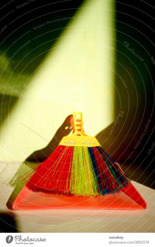 rote Kehrschaufel und bunter Pinsel Staubwischen Pfanne vereinzelt weiß Bürste Besen Hintergrund grün Kunststoff Hausarbeit Borste Farben Objekt Atelier Leben