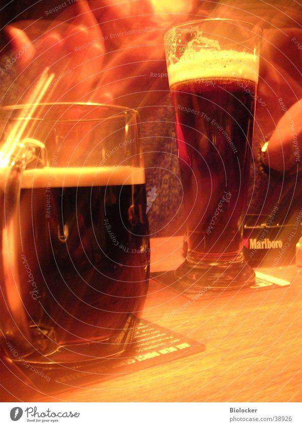 Kneipengeflüster2 Gastronomie Langzeitbelichtung Kunstlicht Alkohol zwei Bier Guinnes zwei Gläser