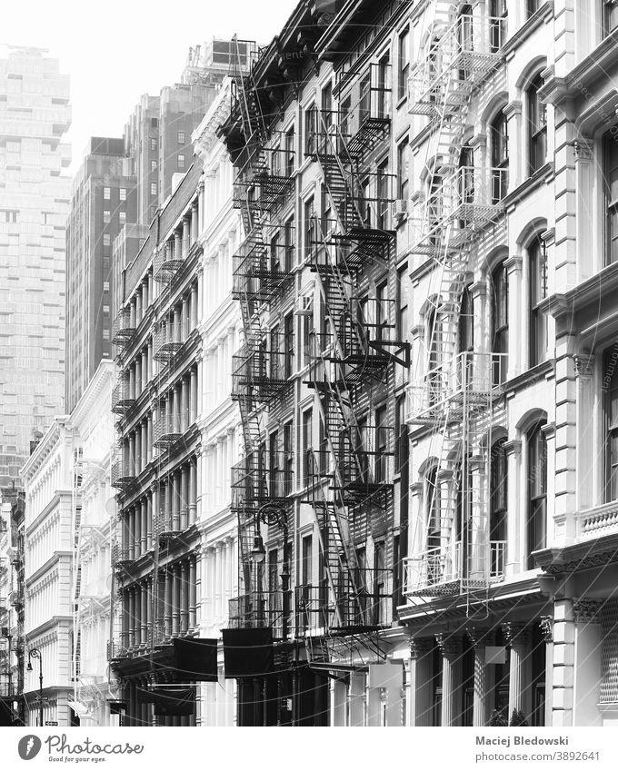 Schwarz-Weiß-Foto von Gebäudefassaden mit Feuerleitern, New York, USA. New York State Großstadt Feuertreppe schwarz auf weiß Haus Architektur nyc urban