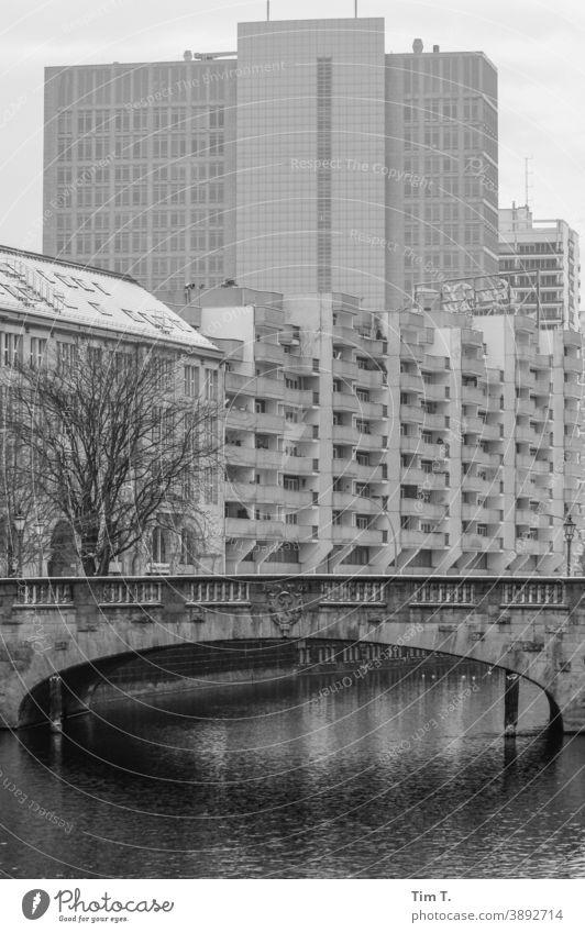 eine Brücke über einen Kanal in einer Stadt im Winter Wasser Außenaufnahme Menschenleer Haus Tag Berlin Mitte Gebäude Plattenbau Hauptstadt Hochhaus Architektur