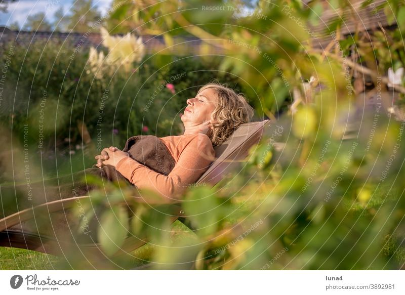 Frau liegt im Liegestuhl sonnen Garten erholen schlafen ruhen entspannen genießen Ruhe liegen Herbst Urlaub Ferien Sonne Sommer Augen geschlossen Auszeit