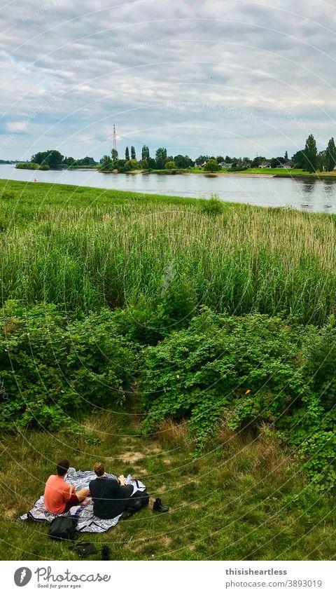 *grüngras Picknick Picknickkorb picknickdecke im Grünen Grünfläche grünlich ufer Uferlinie Elbe Elbufer Natur natürlich Naturschutzgebiet Naturliebe
