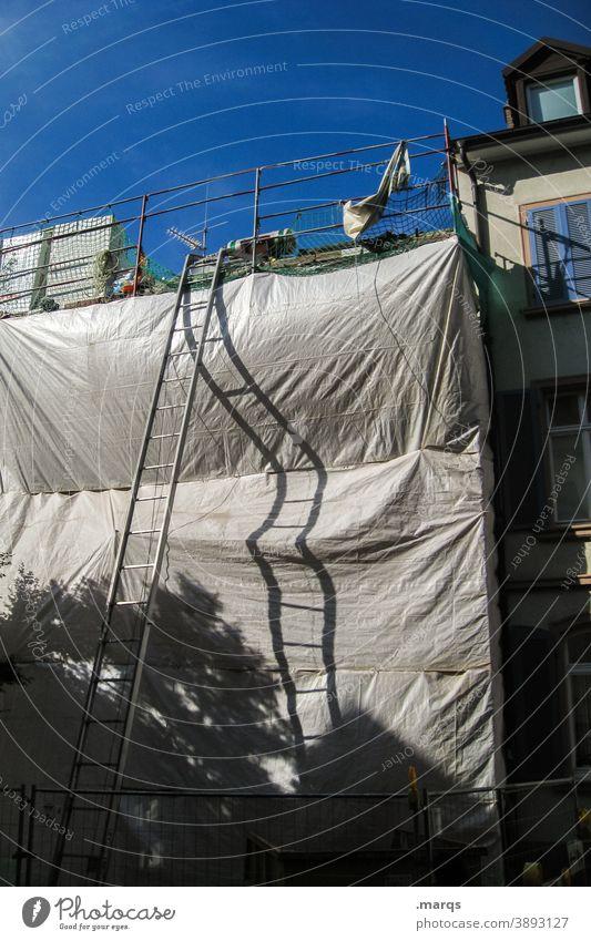 Außenstellenleiter Leiter Baugerüst Plane Schatten Faltenwurf Wolkenloser Himmel Geborgenheit Abdeckung Baustelle Haus Gerüst