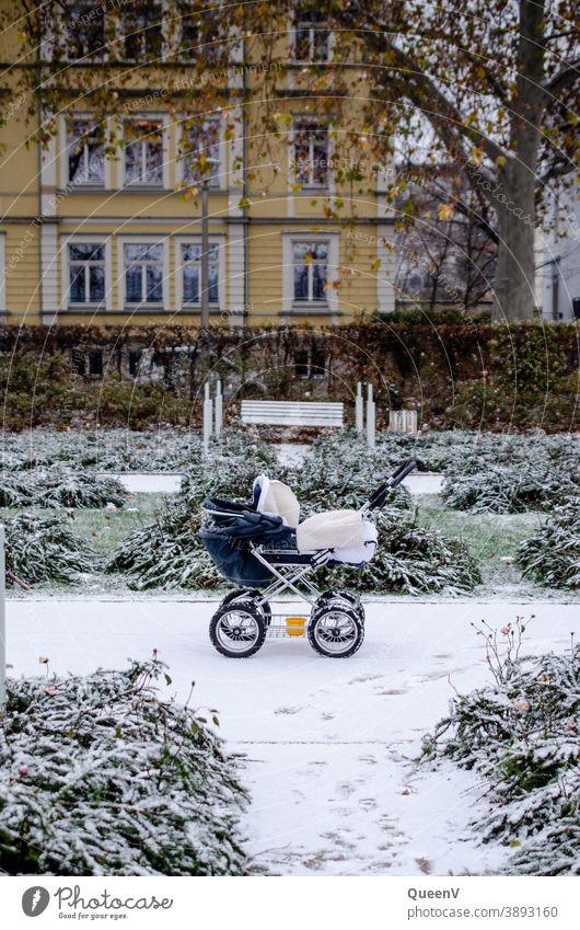 Kinderwagen in einem verschneiten Garten Schnee Frost Winter kalt Eis frieren gefroren Stadtleben weiß November Dezember Januar Neugeborene Baby Spaziergang