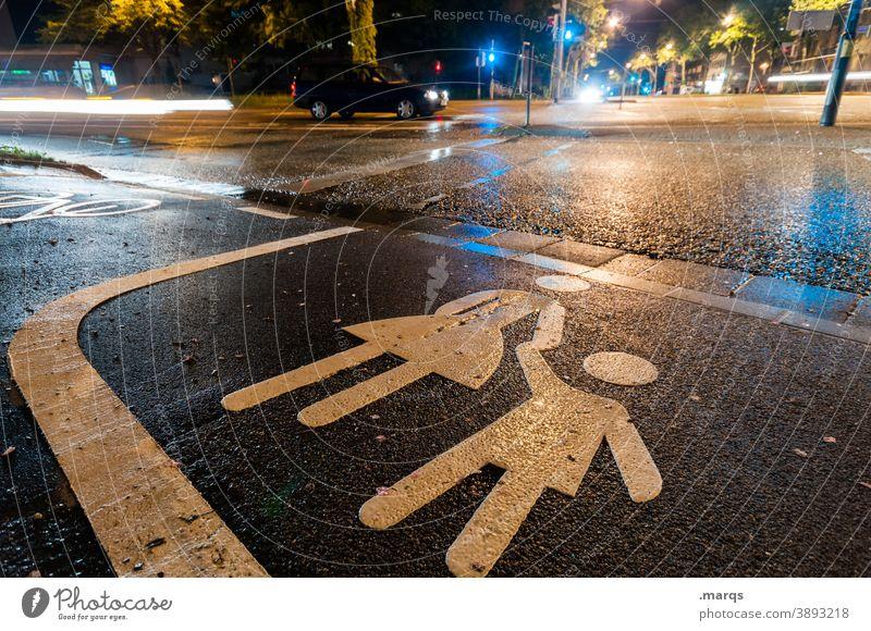 Fußgängerüberweg nachts Nacht Straßenverkehr Kreuzung Fußgängerübergang Ampel Sicherheit Kind Mutter Piktogramm Fahrbahnmarkierung Wege & Pfade