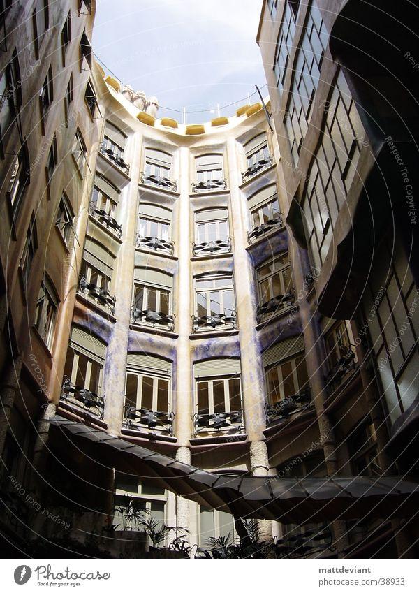 Innenhof Haus Kunst Architektur Dach historisch Barcelona Innenhof