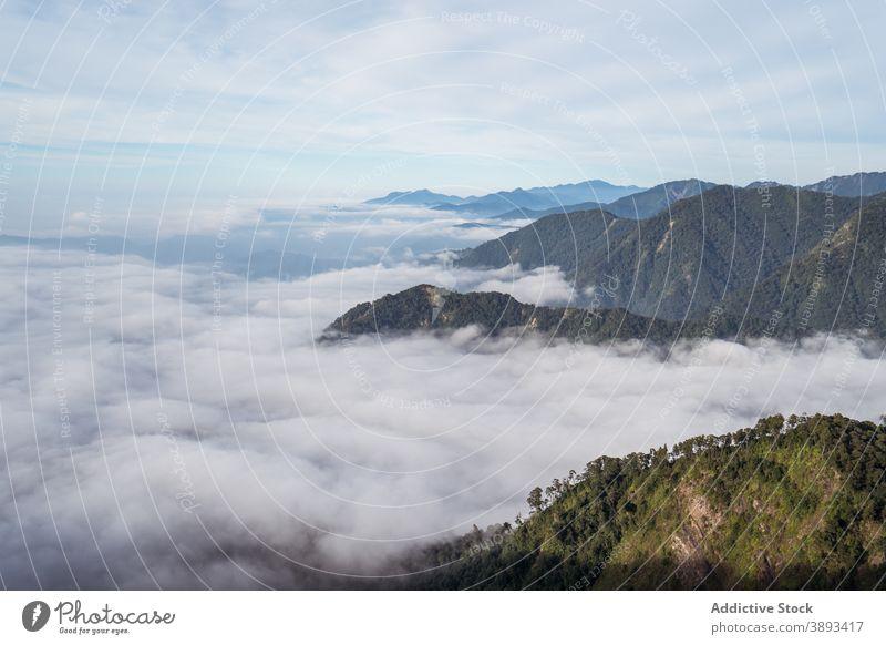 Erstaunliche Aussicht auf Berge, die von Wolken umgeben sind Berge u. Gebirge Landschaft atemberaubend Cloud sonnig erstaunlich Hochland Ambitus Kamm