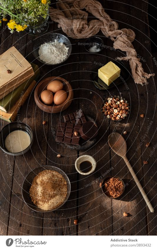 Zutaten für Gebäckrezept mit Schokolade und Haselnüssen Bestandteil Haselnuss süß verschiedene Kulisse Lebensmittel vorbereiten backen Küche kulinarisch Butter