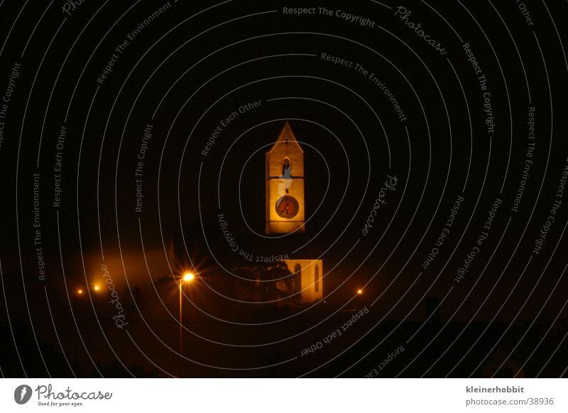 Kirche bei Nacht und Nebel dunkel Gotteshäuser Religion & Glaube Beleuchtung