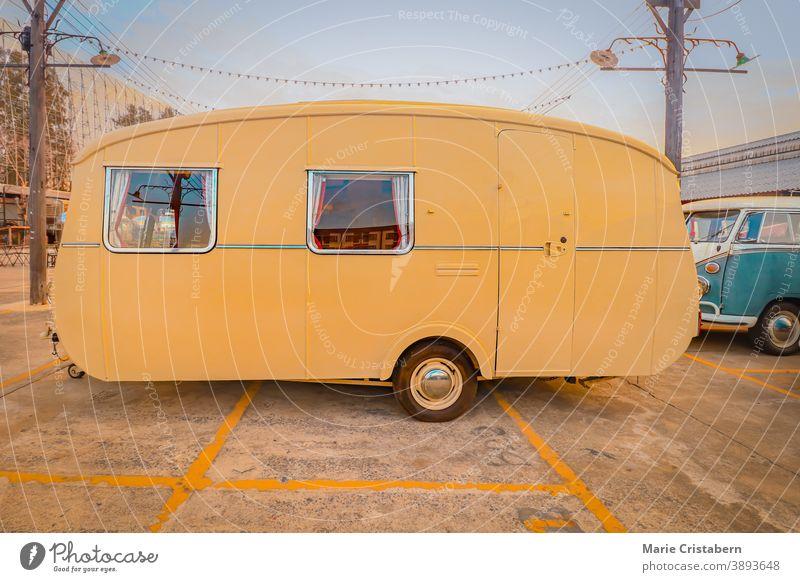 Gelber Oldtimer-Wagen, der das Konzept des Reisens und des alternativen Lebensstils zeigt Autoreise gelb Wohnmobil alternativer Lebensstil Freiheit