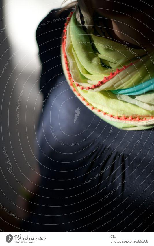 frau h. aus d. Lifestyle Stil Mensch feminin Junge Frau Jugendliche Erwachsene 1 18-30 Jahre 30-45 Jahre Mode Bekleidung Kleid Stoff Tuch Halstuch Schal schön