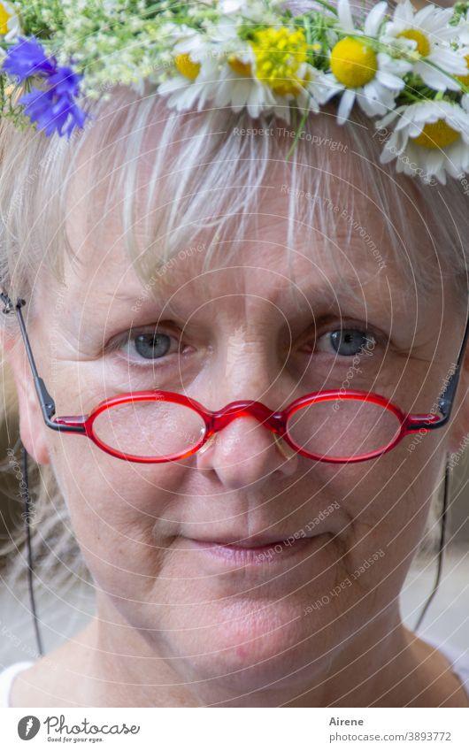 selig, o selig, ein Kind wieder sein... feminin schön Lächeln träumen Blumenkranz Nostalgie Frau Porträt positiv Haarschmuck Kranz lieblich Glück Gesicht