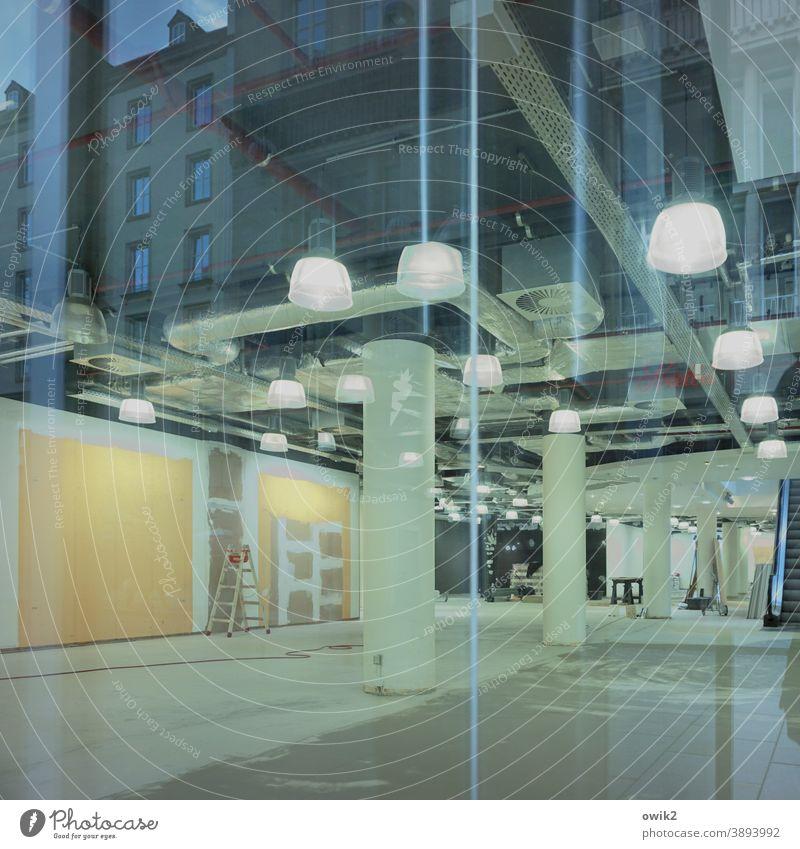 Ausverkauf Warenhaus Baustelle Umbau leer Raum Schaufenster Glas Einblick Reflexion & Spiegelung Haus Schatten Kunstlicht Lampen Inneneinrichtung provisorisch