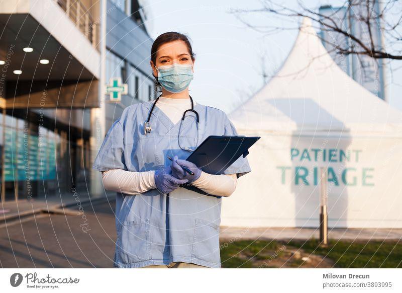 Porträt einer müden, erschöpften kaukasischen NHS-Schlüsselärztin vor einer Klinik oder einem Krankenhaus 2019-ncov Unterstützung Krankenwagen Bewertung Pflege