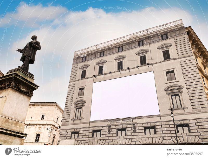 Leere Werbetafel auf dem Gerüst der Fassade eines alten Gebäudes unter Restaurierung Plakatwand Werbung Schild Palast Restauration blanko weiß Attrappe antik