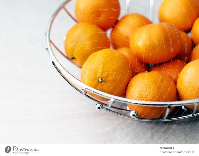 Gruppe von Mandarinen. Zitrusfrucht. Orange Farbe der Schale. Clementine Frucht Menschengruppe orange Zitrusfrüchte Gesundheitswesen Korb Metall Obstschale reif
