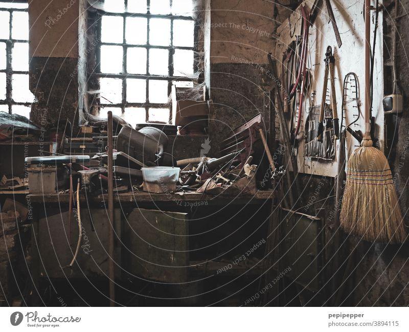 alte Werkstatt Menschenleer Innenaufnahme Handwerk Handwerker Arbeitsplatz Freizeit & Hobby Werkzeug Arbeit & Erwerbstätigkeit Schraubendreher Holz Farbfoto